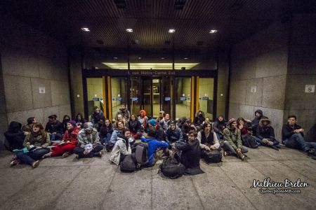 Supporters of Nadeau-Dubois sit in front of the doors of the Montreal courthouse. Photo: Mathieu Breton Photographe https://www.facebook.com/pages/Mathieu-Breton-Photographe/376560042416862