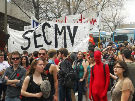 La requête de Proulx et Bergeron fait l'argument que la cotisation des syndicats étudiants ne devra pas être obligatoire, en partie à cause de leurs activités politiques, comme leur participation dans la grève étudiante l'année dernière. Ici, une bannière du Syndicat étudiant du Cegep Marie-Victorin à une manif contre la hausse des frais de scolarité. Photo : Tim McSorley.