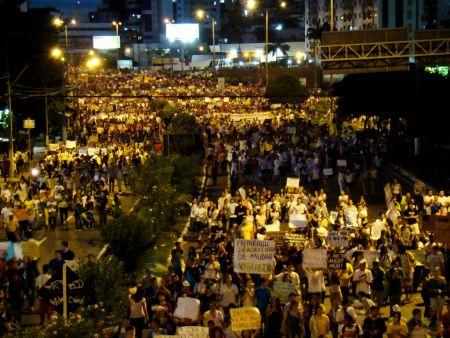 Les résident-e-s de Natal occupent les rues pour revendiquer des droits le jeudi 20 juin. PHOTO: Isaac Ribeiro.