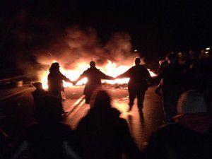 Les résistant-e-s d'Elsipogtog mettent le feu à l'autoroute 11 et dansent autour