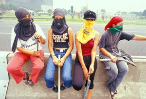 Young women at a highway blockade near Buenos Aires. photo: Indymedia Argentina