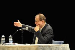Hervé Kempf répond aux questions du public lors de sa conférence du 18 avril à l'UQÀM autour de son dernier ouvrage Fin de l'Occident, naissance du monde (Photo : Simon Van Vliet)